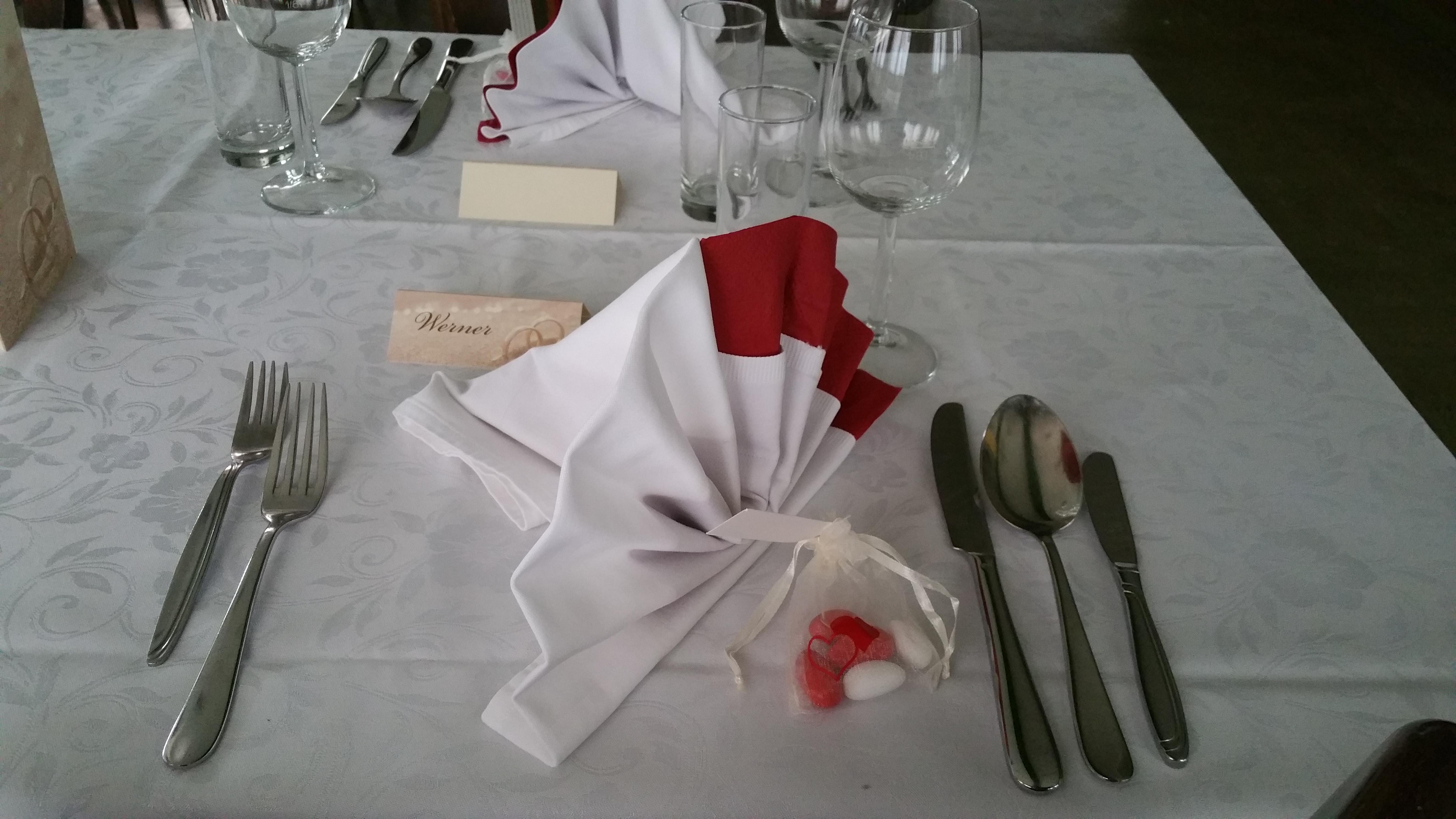Hochzeitstafel-mit-Namenskärtchen
