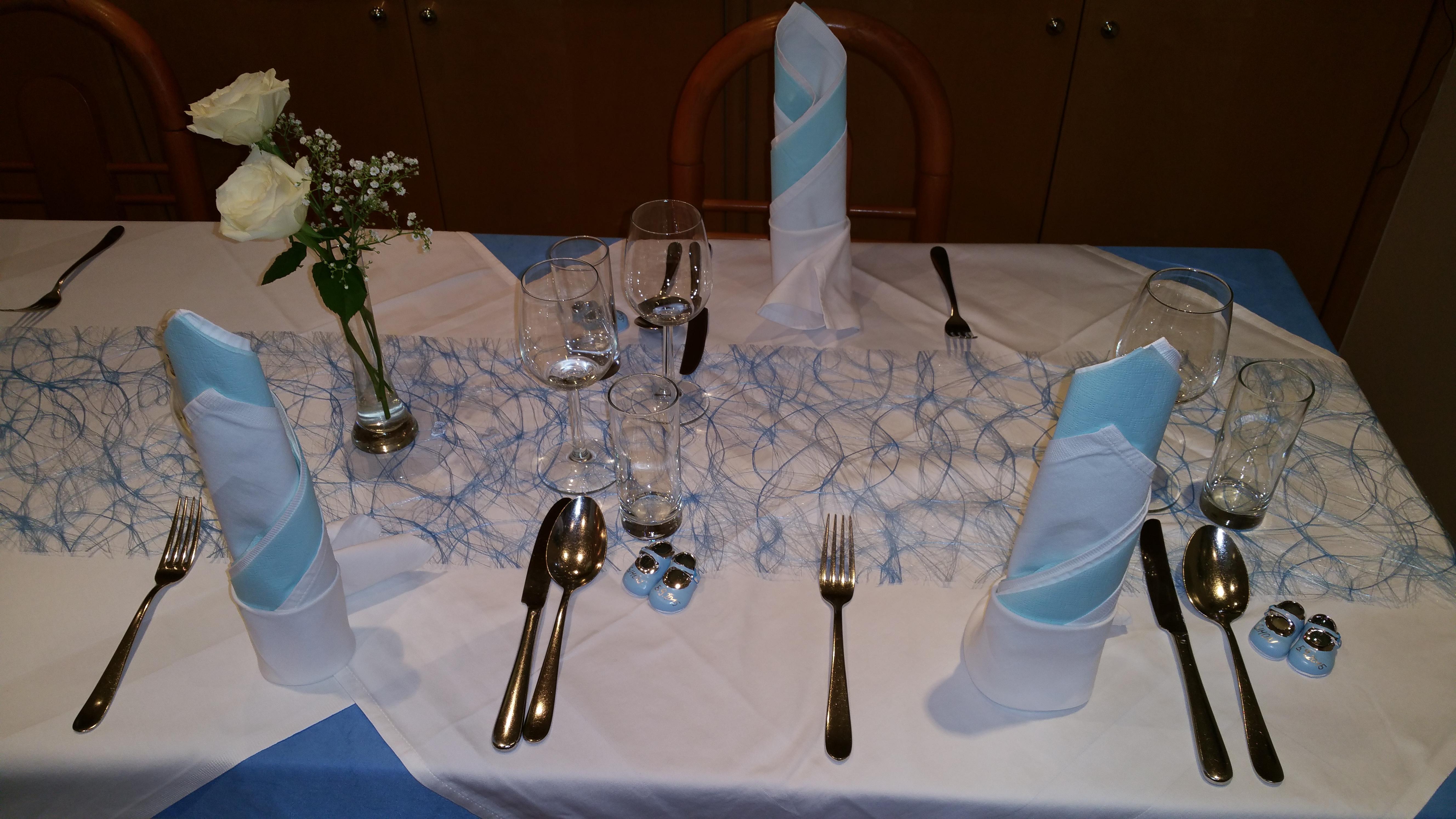 In-blau-gedeckter-Tisch