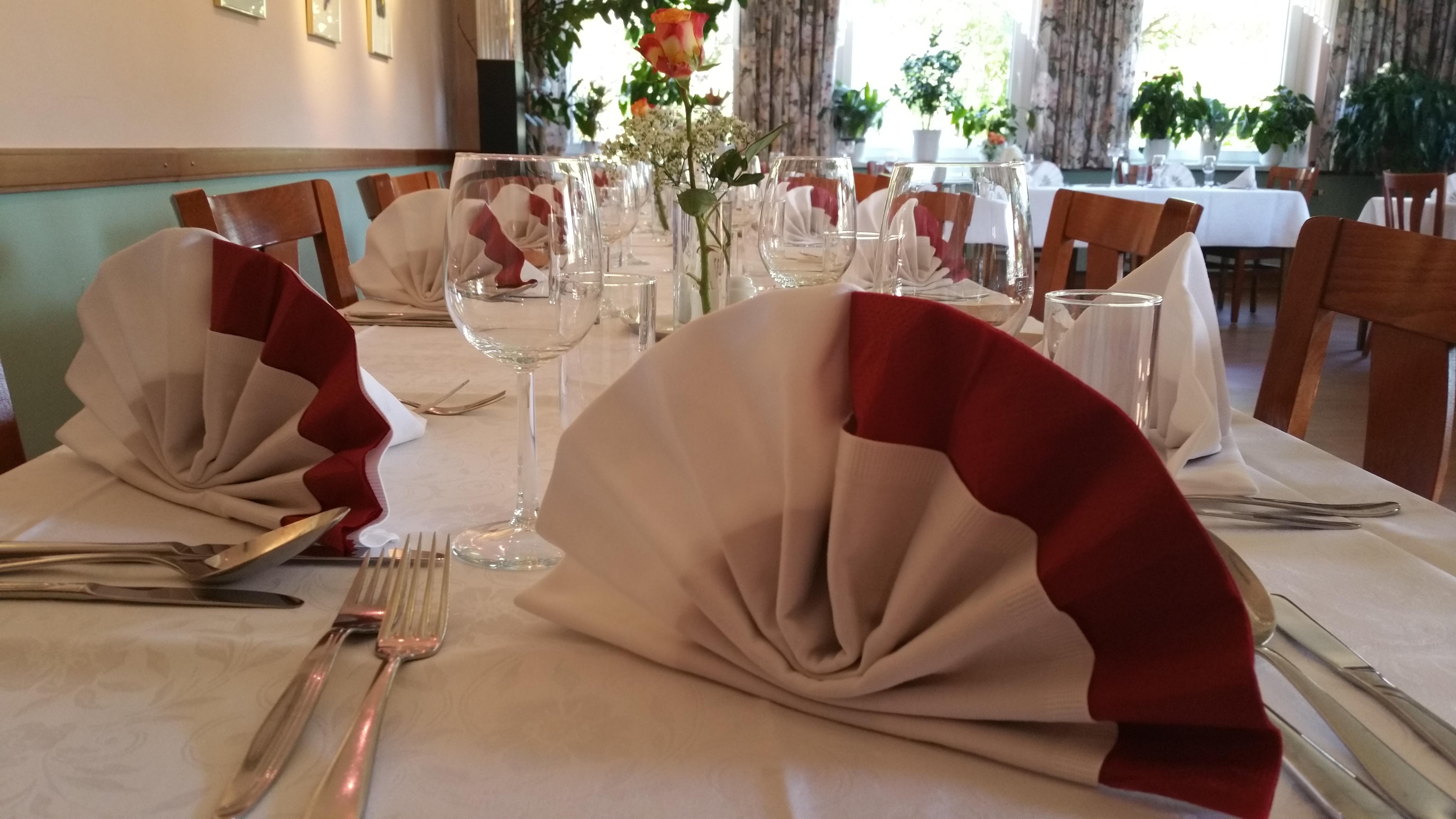 Rot-weiß-eingedeckte-Festtafel