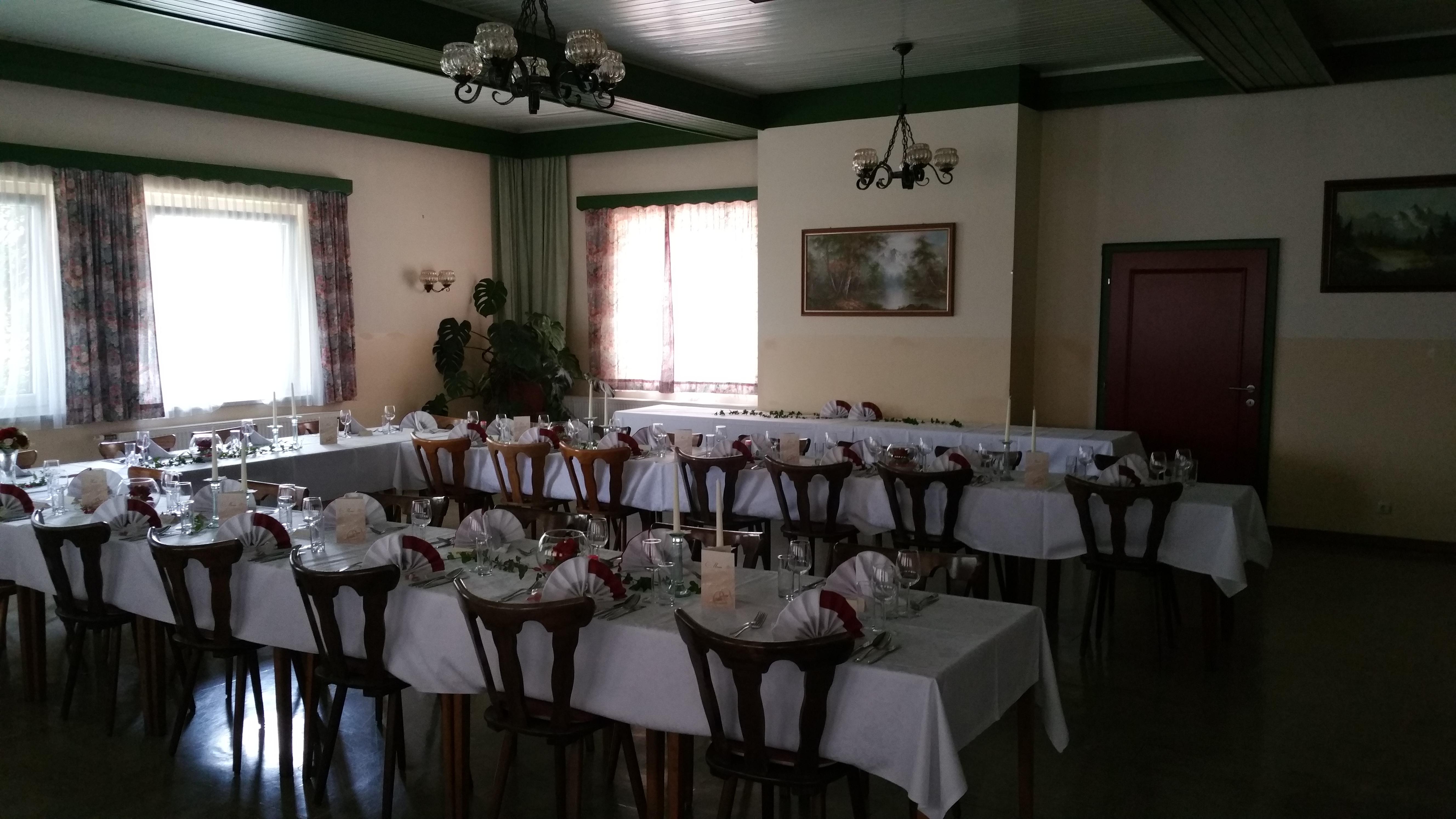 Festsaal-weiß-gedeckt