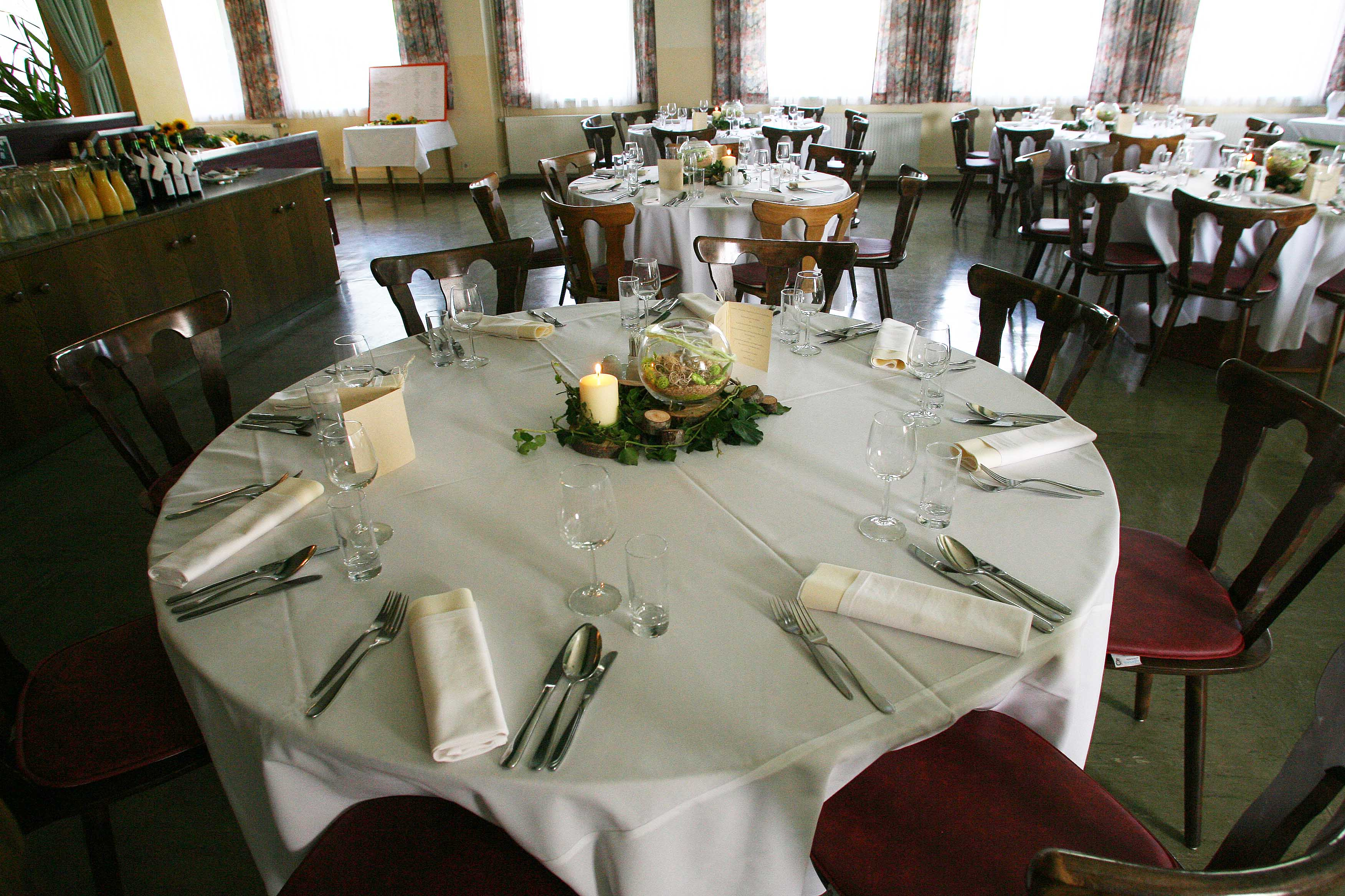 Gasthaus-Ogris-Festsaal-Hochzeit-runder-Tisch